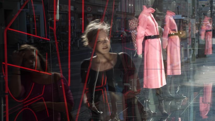 Inflation: Passantinnen in einer Einkaufsstraße in Berlin-Mitte.