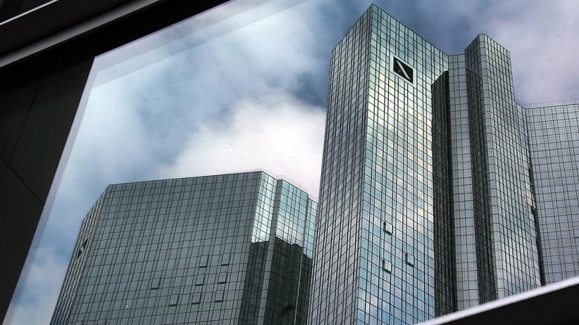 Das Logo der Deutschen Bank an der Firmenzentrale des Bankhauses in Frankfurt am Main (Hessen)
