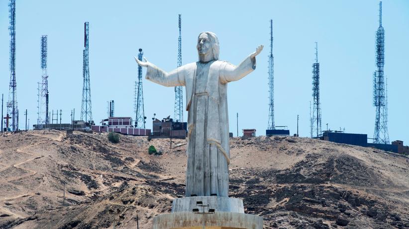 Odebrecht-Konzern: Baustelle in Lima/Peru mit einer von Odebrecht gespendeten Christus-Statue