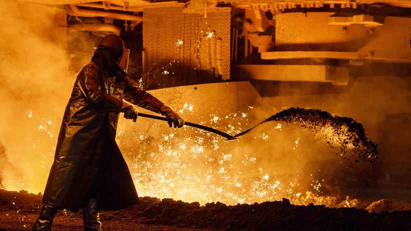 Stahlarbeiter vor geschmolzenem Stahl