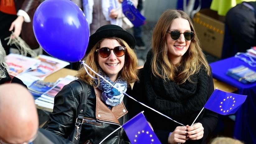 """Europäische Union: Europa stärken: Teilnehmerinnen einer Demonstration von """"Pulse of Europe"""" in Frankfurt am Main"""