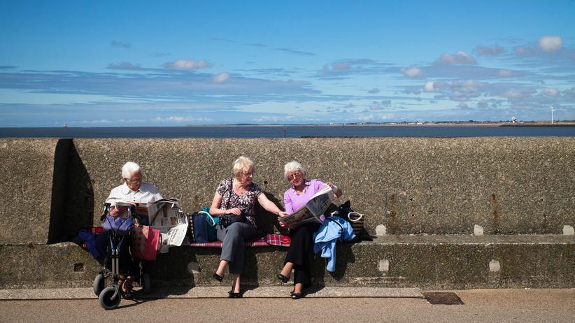 Deutsche Rentenversicherung: Drei Rentnerinnen bei einem Ausflug in New Brighton in England