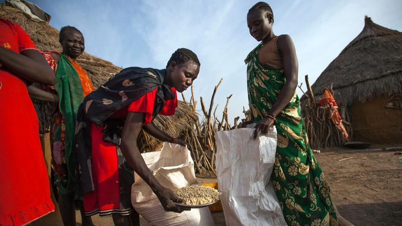 Welthungerhilfe: In Ngop im südsudanesischen Staat Unity teilt eine Gruppe Frauen Mais, der als Nahrungsmittelhilfe geliefert wurde, untereinander auf.
