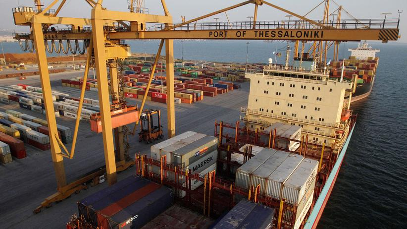 Griechenland: Ein Güterschiff im Hafen von Thessaloniki