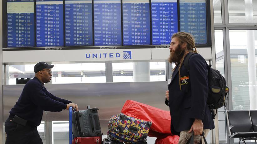 United Airlines: Reisende im Terminal von United Airlines am Flughafen von Chicago