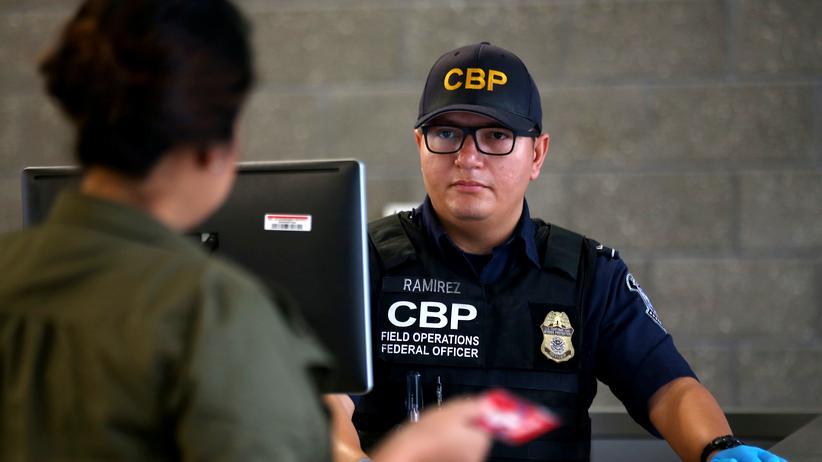 Einwanderung in die USA: Beamter des Grenzsschutzes während einer Befragung