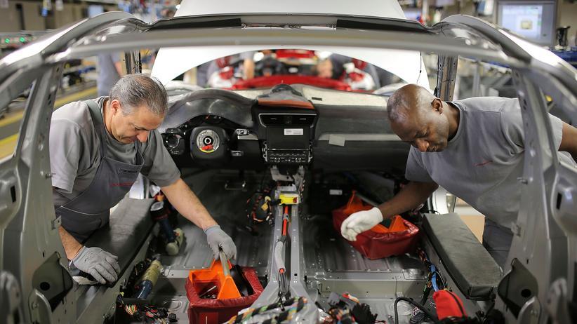Arbeitsmarkt: Arbeiter in einem Werk von Porsche in Zuffenhausen