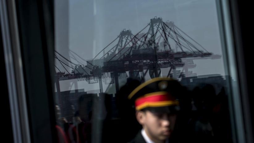 China: Ein Polizist im Yangshan-Hafen in Schanghai