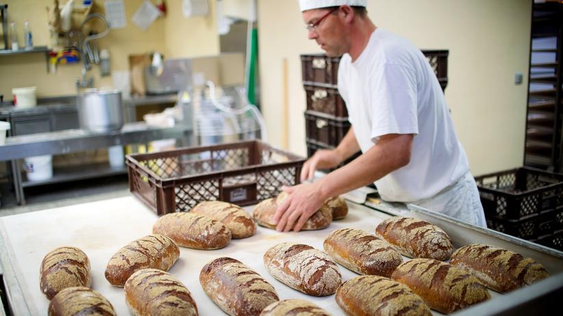 Konjunktur: Nahrungsmittel sind in Deutschland teurer geworden. Ein Bäcker in seiner Backstube in Schwante.