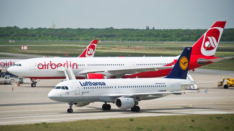 Flugverkehr: Ein Lufthansa-Airbus A320-200 fährt an einem Air-Berlin-Flugzeug am Flughafen Tegel in Berlin vorbei.