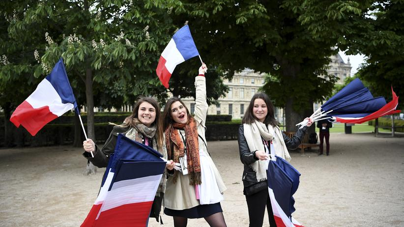 Emmanuel Macron: Wähler von Emmanuel Macron vor dem Louvre in Paris