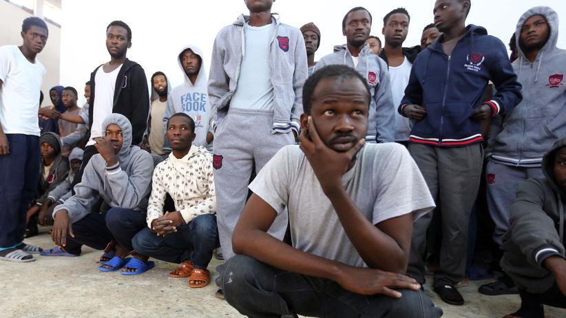 Entwicklungshilfe: Afrikanische Migranten, die daran gehindert wurden, übers Meer nach Europa zu kommen, in einem Lager 45 Kilometer westlich der libyschen Hauptstadt Tripoli.