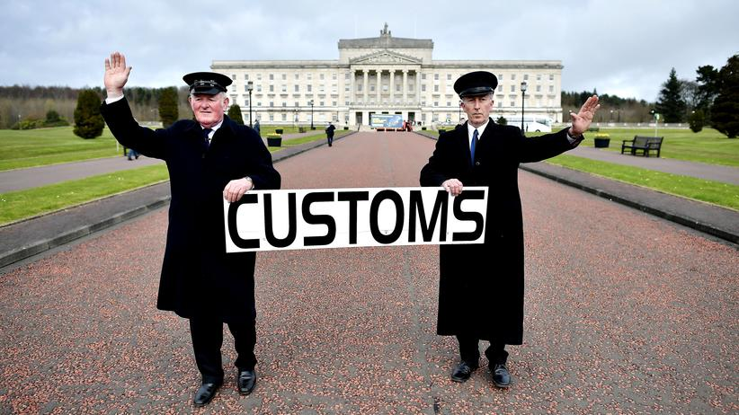 Nordirland: Zwei als Zollbeamte verkleidete Männer protestieren vor dem Herrenhaus von Stormont in Belfast gegen den Brexit.