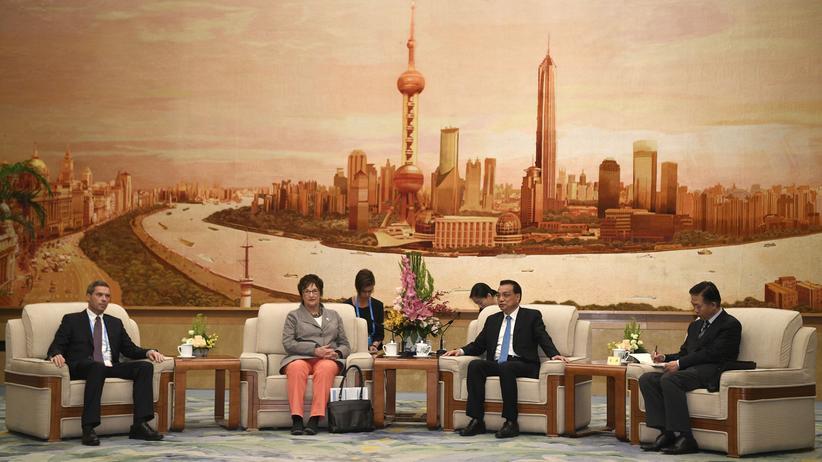 China: Der chinesische Premierminister Li Keqiang (Zweiter von rechts) und die deutsche Ministerin für Wirtschaft und Energie, Brigitte Zypries (Zweite von links) beim Gipfel in Peking, China