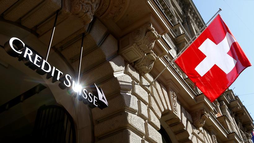 Steuerhinterziehung: Die Schweizer Nationalfahne weht in Zürich nehmen dem Logo der Bank Credit Suissse.