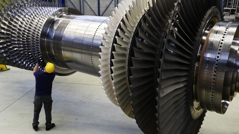 Stellenabbau: Ein Arbeiter an einer Siemens-Turbine in einem Werk in Berlin