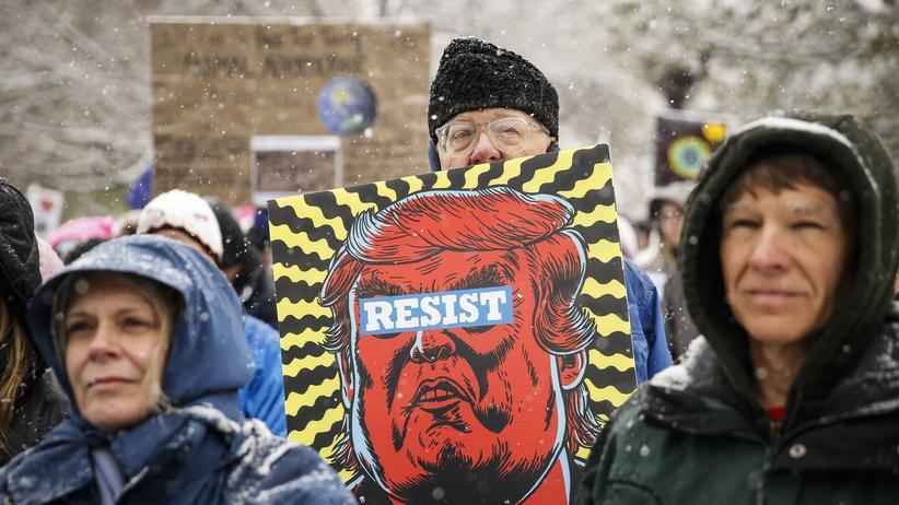 """US-Umweltbehörde EPA: Aufforderung zum Widerstand: Ein Demonstrant auf dem Klima-Marsch am 29. April in Denver, Colorado, trägt ein Plakat mit der Aufschrift """"Resist""""."""