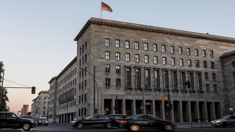Cum-Ex-Skandal: Das Finanzministerium in Berlin: Hier arbeiten jene Beamte, die den Cum-Ex-Skandal hätten schneller beenden können. Und die verhindern sollen, dass Ähnliches wieder vorkommt.