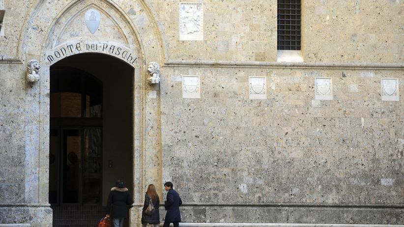 Bankenrettung: Zu groß, um pleite zu gehen: Passanten betreten den Hauptsitz der Bank Monte dei Paschi in Siena. (Archivbild)