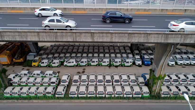 China: Elektroautos auf einem Parkplatz unter einer Straße in der zentralchinesischen Stadt Wuhan, Mai 2017