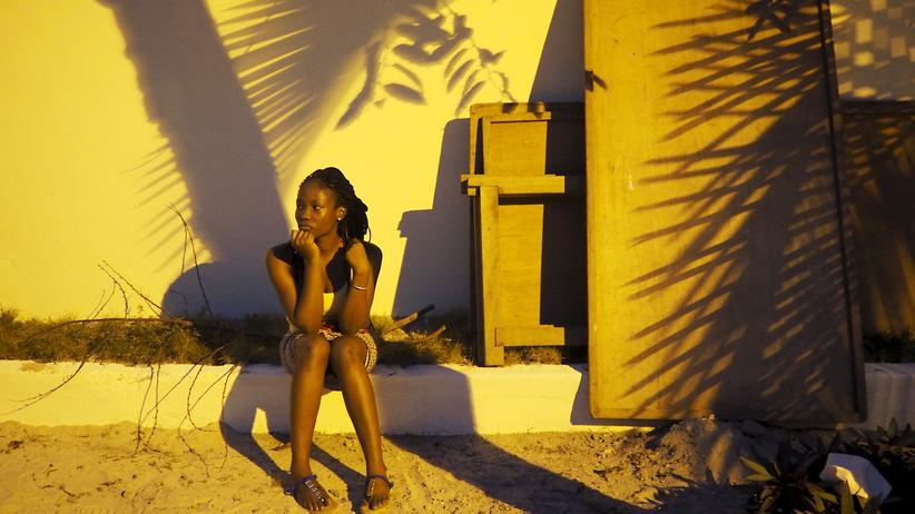 G20 und Afrika: Eine Frau im Abendlicht vor dem Flughafen von Abidjan, der ehemaligen Hauptstadt der Elfenbeinküste (Archiv). Das Land gehört zu den fünf ersten Partnerländern des Compact With Africa der G20.