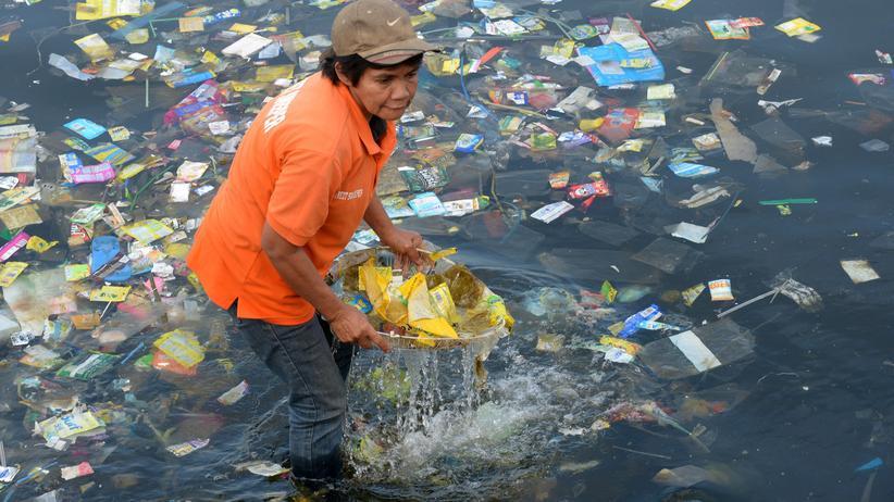 Plastikmüll: Am 3. Juli 2014 sammelten Aktivisten Plastiktüten und anderen Müll aus den Gewässern der Bucht von Manila. Anderswo ist die Verschmutzung weniger deutlich, aber ebenfalls gravierend.