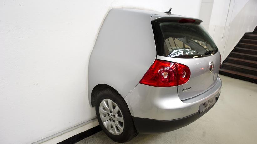 Autoindustrie: Heck eines VW Golf im Volkswagenwerk Wolfsburg