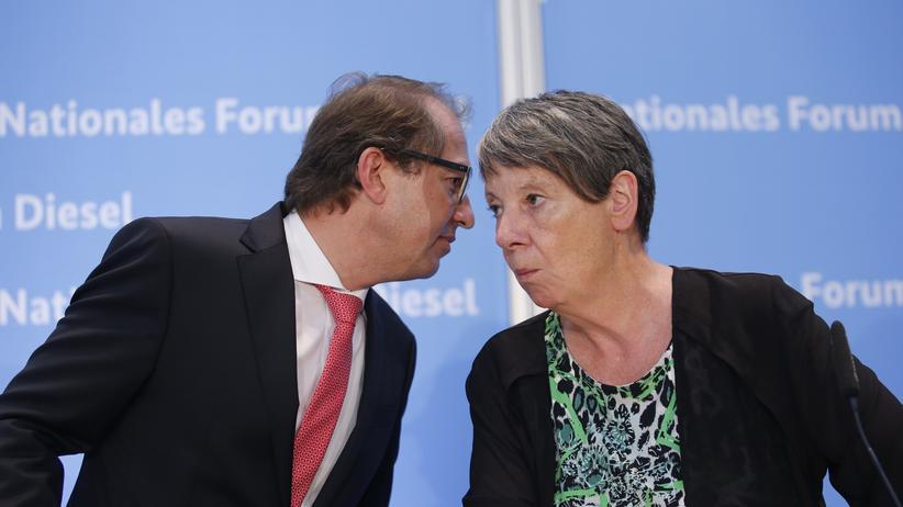 Dieselskandal: Verkehrsminister Alexander Dobrindt und Umweltministerin Barbara Hendricks im Gespräch beim sogenannten Dieselgipfel Anfang August.