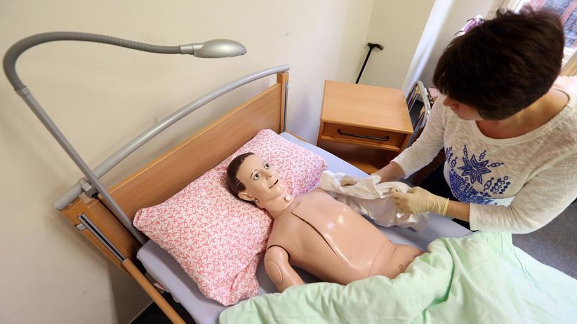Studie: Der Bedarf an Pflegekräften in Deutschland kann derzeit nicht gedeckt werden.