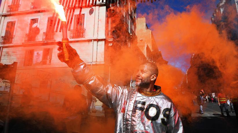Frankreich: Ein Arbeiter im südfranzösischen Marseille protestierte mit einer Leuchtrakete gegen die Arbeitsmarktreform von Präsident Emmanuel Macron.