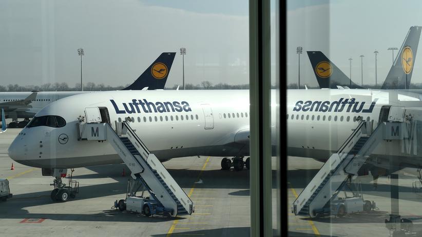 Insolvenz von Air Berlin: Ein Airbus der Lufthansa am Flughafen in München