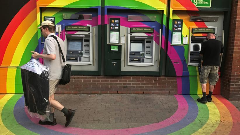 Unternehmensführung: In Toronto hat eine Bank ihre Automaten im September mit den Regenbogen-Symbolfarben der schwul-lesbischen Bewegung bemalt. So ein soziales Engagement stärke die Kundenbindung, schreiben Autoren einer aktuellen Studie der Boston Consulting Group.