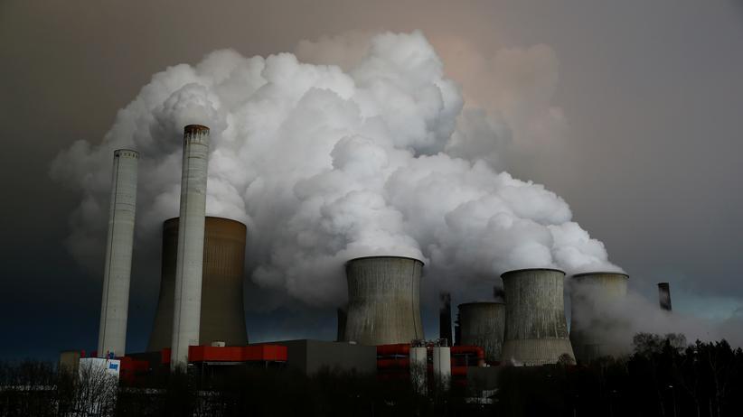 Klimapolitik: Dampf steigt aus den Kühltürmen des RWE-Kohlekraftwerks in Niederaussem auf.