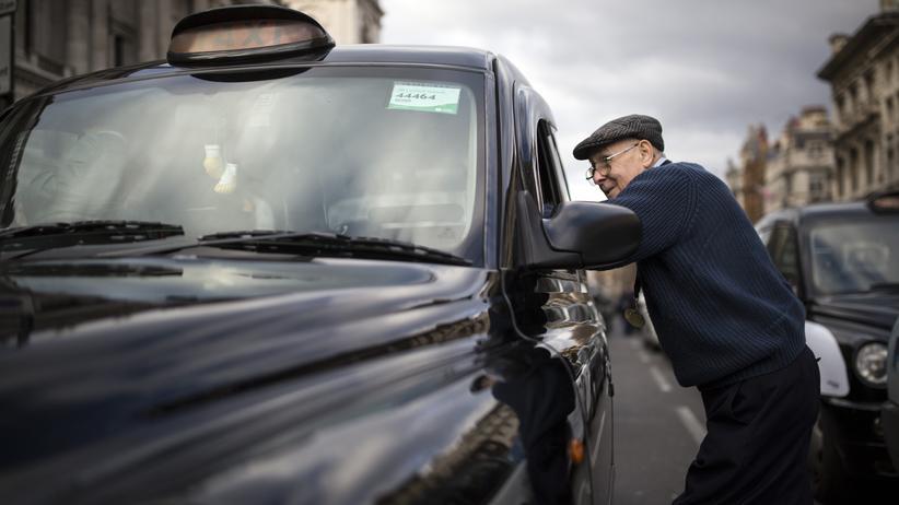Arbeitsrecht: Gegen die Uber-Macht: Londoner Taxifahrer protestieren im Feburar 2016 gegen den Fahrdienstvermittler aus den USA.