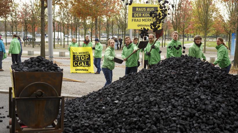 UN-Klimakonferenz: Greenpeace-Aktivisten demonstrieren vor dem Kanzleramt in Berlin für einen schnellen Kohleausstieg.