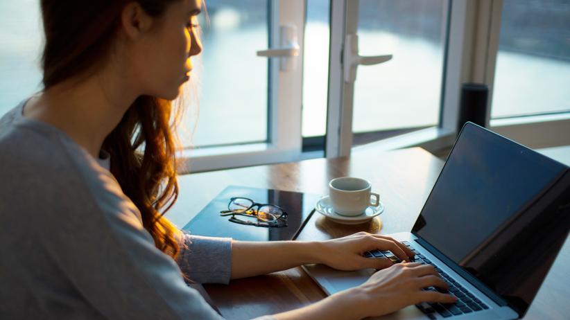 Arbeitszeit: Ständige Verfügbarkeit ist für viele Arbeitnehmer Realität, vom Arbeitszeitgesetz aber eigentlich nicht vorgesehen.