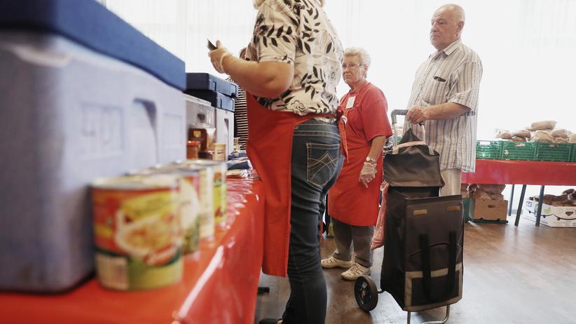 Altersarmut: Rentner stehen an einer Essensausgabe der Berliner Tafel an.
