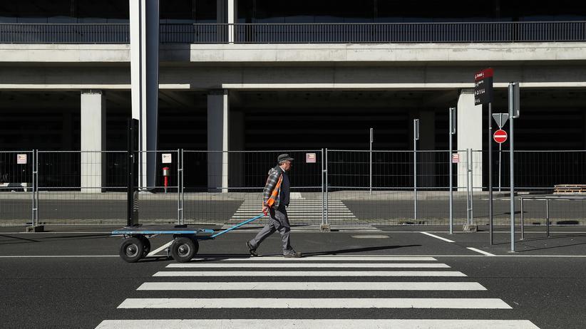 BER: Ein Arbeiter auf der Baustelle des BER Hauptstadtflughafens in Berlin