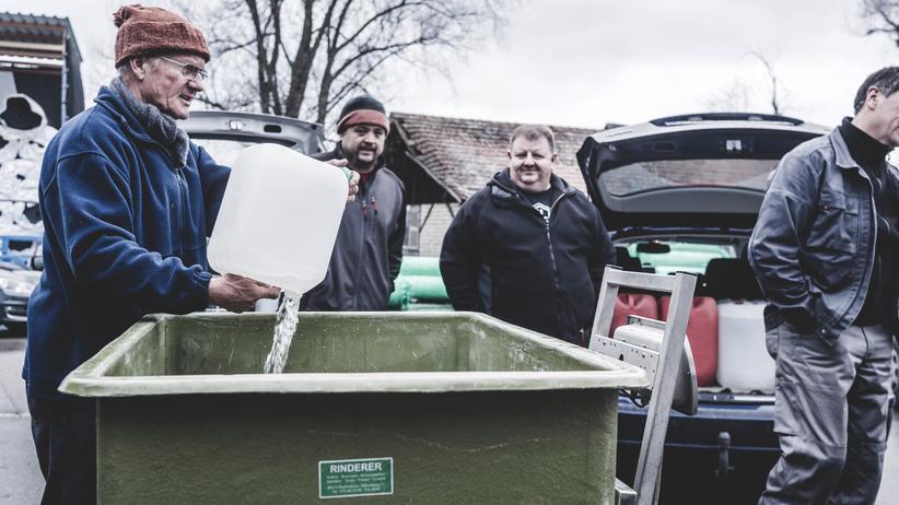 Branntweinmonopol: Männer bei der Schnapsabgabe in Tettnang