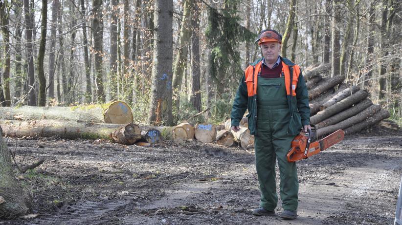 Berufe im Wandel: Otto Endres in Arbeitskleidung im Wald