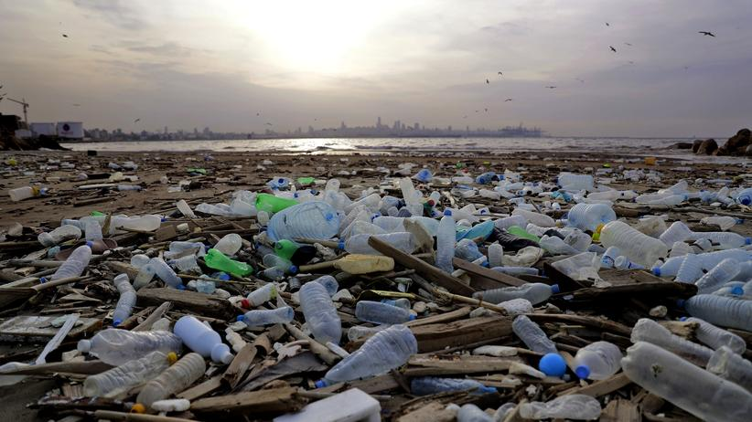 Nudging: Plastikmüll an einem Strand nördlich von Beirut