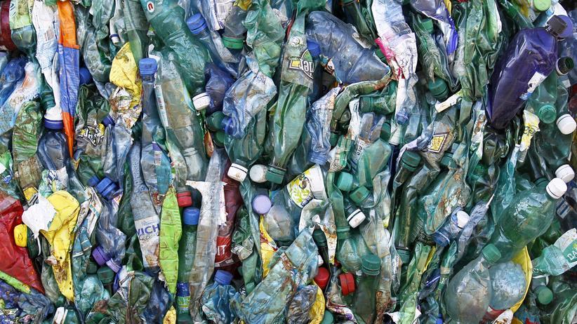 Abfall: Gepresste Plastikflaschen in einer Recyclingfabrik in Frankreich