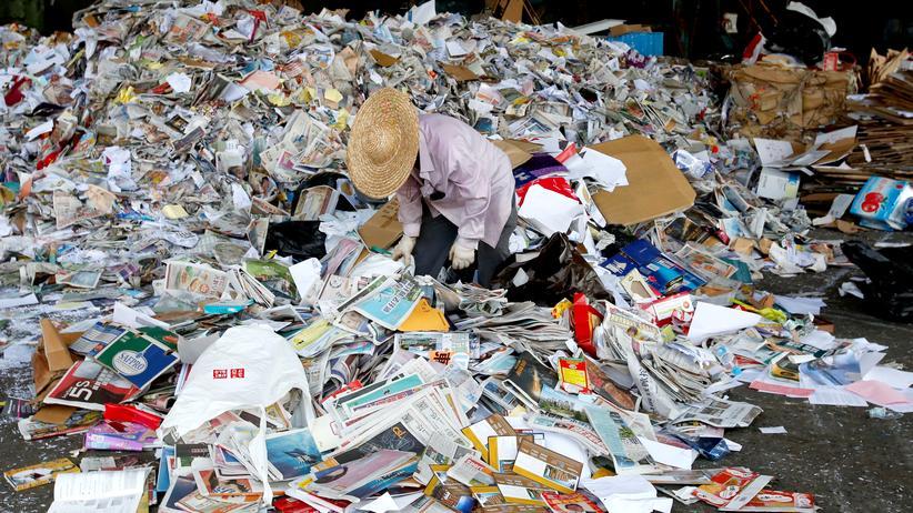 Müllexporte nach China: In einer Fabrik in Hong Kong wird Müll von Hand aus dem Altpapier gelesen, bevor das Papier aufs chinesische Festland transportiert wird.