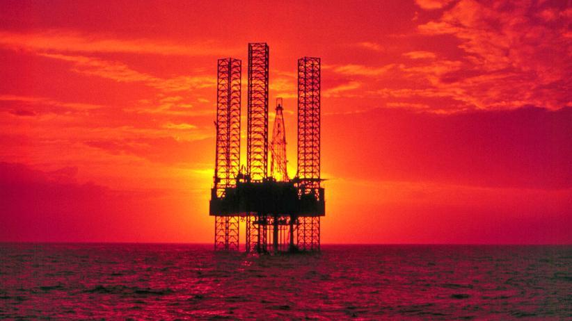 Klimaschutz: Sonnenuntergang über einer Ölplattform im Golf von Mexiko (Archivbild)