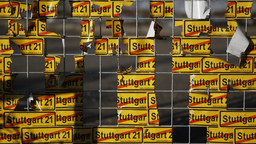 Stuttgart 21: Protestaufkleber an der Baustelle des Bahnhofsprojekts Stuttgart 21