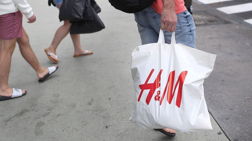 Modekonzern: Ein Kunde mit H&M-Tüte