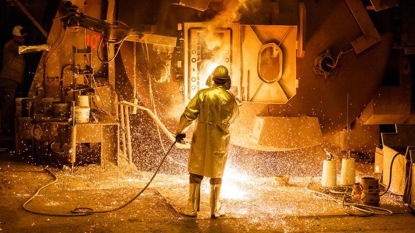 USA: Könnte von US-Importzöllen betroffen sein: Arbeiter in einem Stahlwerk der Salzgitter AG.