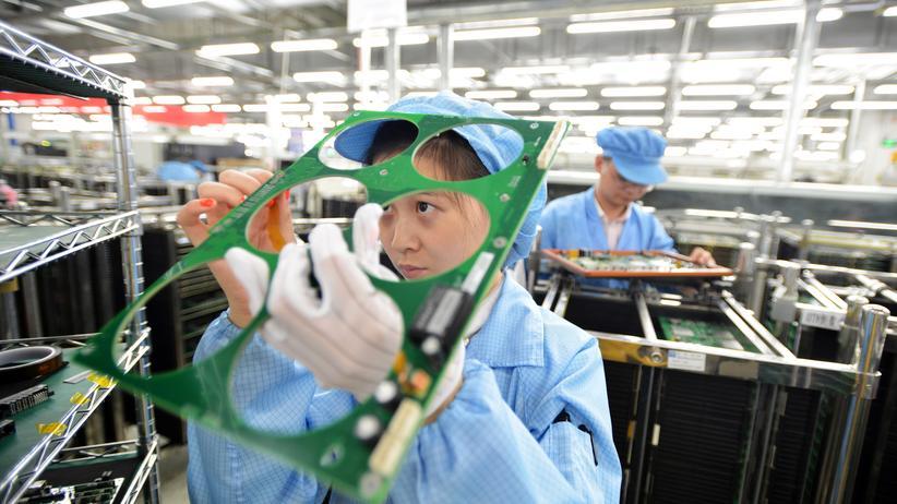 US-Patentrecht: China will in Schlüsseltechnologien Weltmarktführer werden. Hier arbeiten Angestellte des Chipherstellers FiberHome Technologies in Wuhan/China  (Archiv).