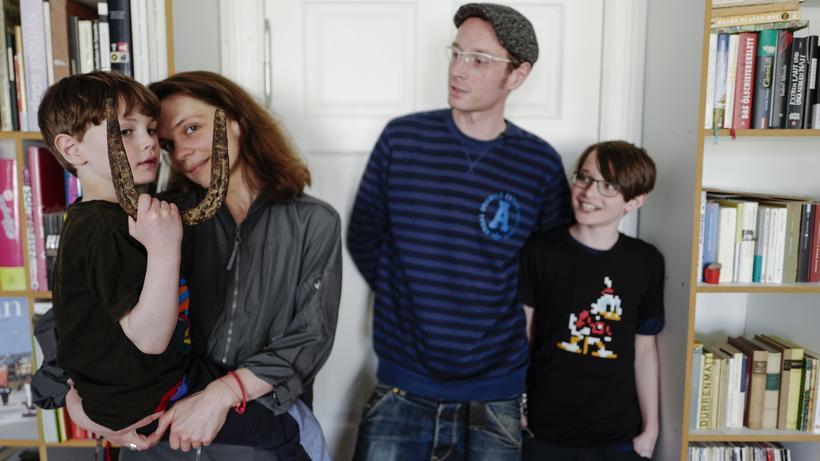"""Grundeinkommen: Der fünfjährige Miko (links) hat an der Verlosung der Initiative """"Mein Grundeinkommen"""" teilgenommen und gewonnen. Seine Familie erhält ein Jahr lang monatlich 1.000 Euro."""