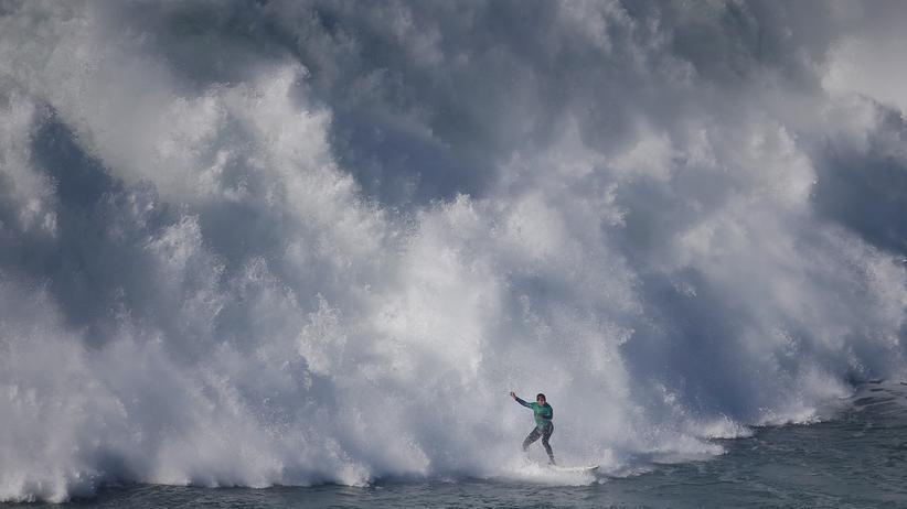 Meeresschutz: Ein Surfer während des Nazaré-Wettbewerbs vor der Küste Portugals